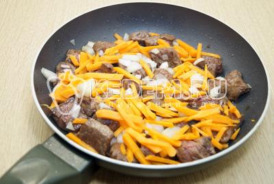 Добавить лук и морковь. Обжарить 2-3 минуты. Добавить четверть стакана воды и тушить под крышкой 5-7 минут. Посолить и поперчить.