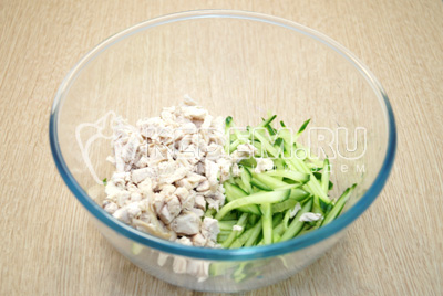 В миску нарезать мелко куриное филе, огурец нарезать тонкой соломкой. Хорошо посолить.