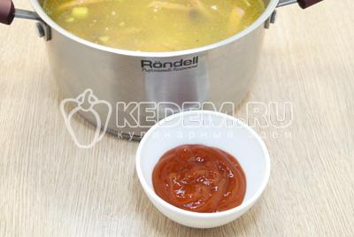 Добавить томатную пасту. Посолить при необходимости.