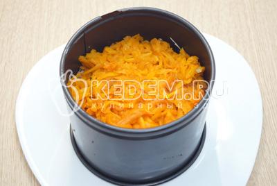 Добавить слой тёртой моркови и слой тёртого сыра.