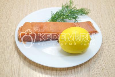 Рыбу и лимон нарезать ломтиками.