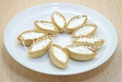 Тарталетки заполнить творожным сыром.