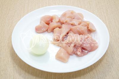 Куриное филе нарезать кусочками, лук очистить.