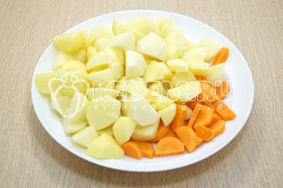 Картофель и морковь очистить и нарезать.