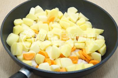 Добавить картофель и морковь, готовить на среднем огне, помешивая 15-20 минут.