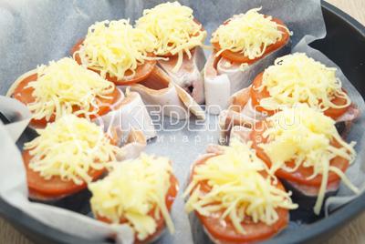 Посыпать каждый ломтик тертым сыром.