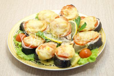 Выложить на блюдо с листьями салата и зеленью.