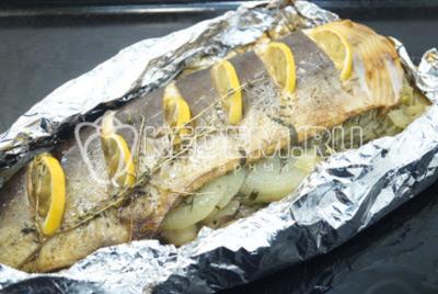 Запекать рыбу в духовке при 180 градусах С 30 минут.