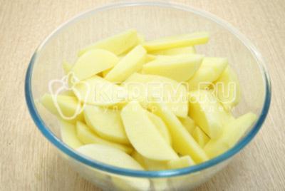 Нарезать картофель дольками.