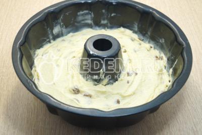 Выложить тесто в форму и разровнять.