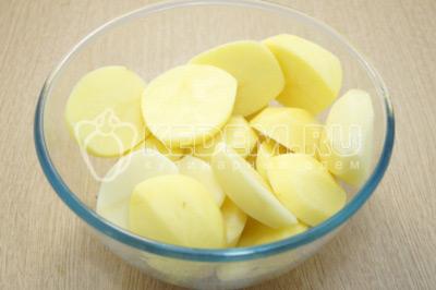 Нарезать на половинки каждую картофелину.
