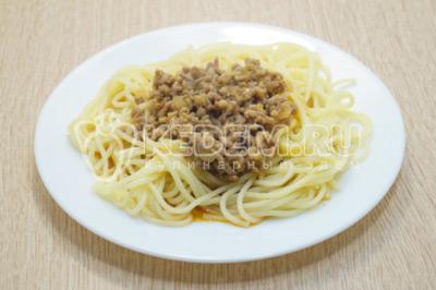 На тарелки выложить порцию спагетти и приправить подливой с фаршем.