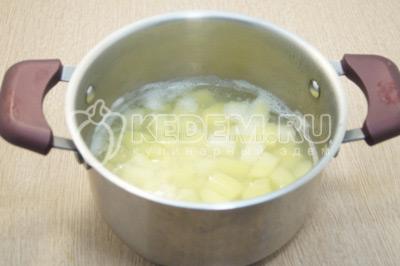Залить водой картофель и поставить вариться.