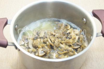В кастрюлю с готовым картофелем добавить обжаренные грибы.