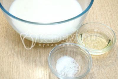 Добавить соль и растительное масло.