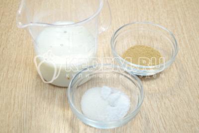 В 100 мл теплого молока добавить дрожжи, сахар и соль. Оставить на 15 минут.