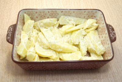 Выложить картофель в форму для запекания.