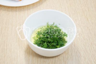 В миску налить растительное масло и добавить мелко нашинкованный укроп.