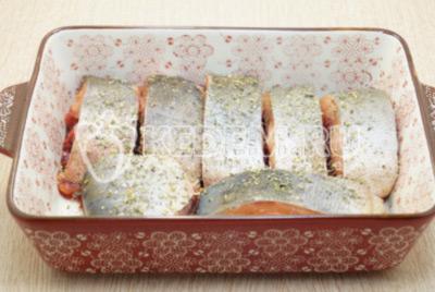 Хорошо посолить кусочки рыбы и выложить в форму. Сверху посыпать сухими прованскими травами.