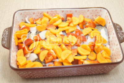 Сверху выложить полукольцами нарезанный лук, кусочками нарезанный болгарский перец и морковь.
