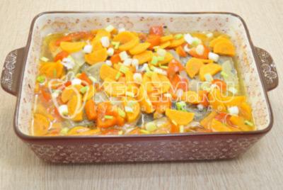 Готовую рыбу с овощами посыпать мелко нашинкованным зеленым луком.