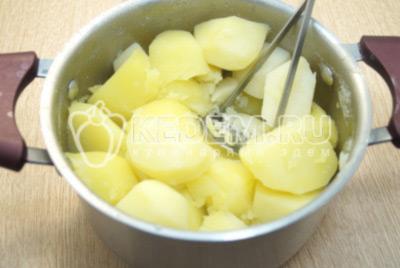 Слить отвар с картофеля, измельчить толкушкой.