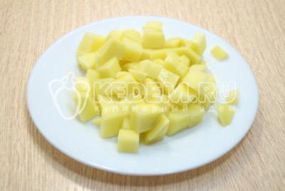 Картофель очистить и нарезать кубиками.