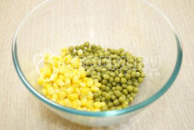 В миске смешать консервированный горошек и кукурузу.