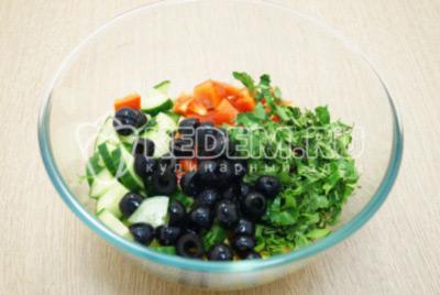 Добавить нарезанные оливки без косточки и нашинкованную зелень.
