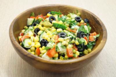 Перемешать салат, посолить по вкусу и заправить растительным маслом.