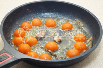 Нарезать на половинки и добавить в сковороду, готовить 1-2 минуты.