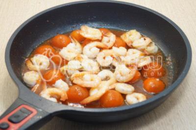 Убрать из сковороды чеснок и тимьян. Добавит креветки  и томатный сок. Готовить 2-3 минуты, посолить.