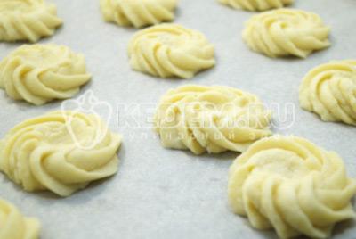 Пальцем сделать в каждой печеньки углубление.