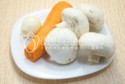 Лук, морковь и грибы шампиньоны очистить.