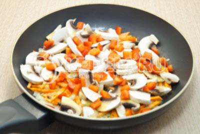 Добавить кусочками нарезанный болгарский перец.