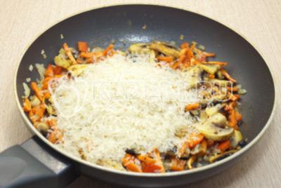 Добавить пропаренный рис.