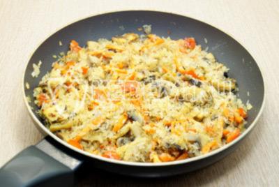 Перемешать и обжарить рис 1-2 минуты. Посолить по вкусу.