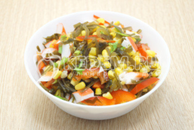 Постный салат с морской капустой и крабовыми палочками