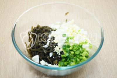 Добавить мелко нарезанный зеленый лук.