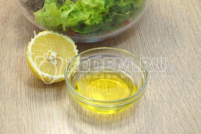 Добавить в оливковое масло и лимонный сок.