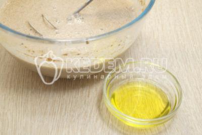 Добавить растительное масло и хорошо перемешать.