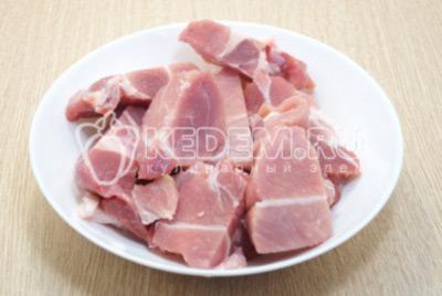 Мясо нарезать на крупные кусочки.