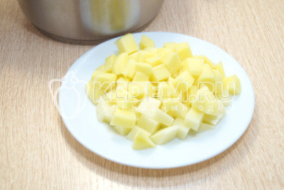 Добавить кубиками нарезанный картофель.