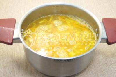Добавить воду и варить 10-12 минут.