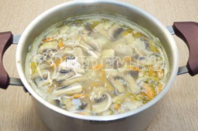 В кастрюлю добавить пережаренные овощи с грибами. Варить 3-5 минут.
