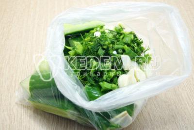 Добавить измельченную зелень и чеснок.