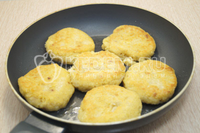 Обжарить на сковороде с растительным маслом с двух сторон по 3-4 минуты.