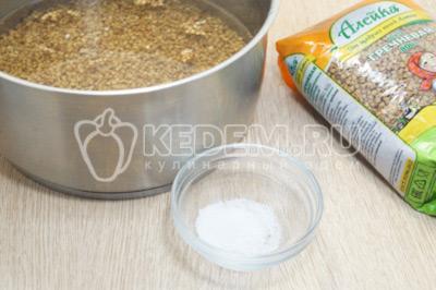 Переложить гречку в кастрюлю и залить водой, на 3-4 см выше уровня крупы. Посолить 1 ч. ложкой соли.
