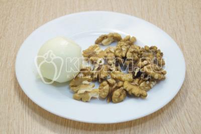 Лук очистить, грецкие орехи перебрать.
