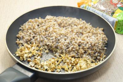 Добавить готовую гречневую кашу в сковороду, перемешать и готовить 2-3 минуты.